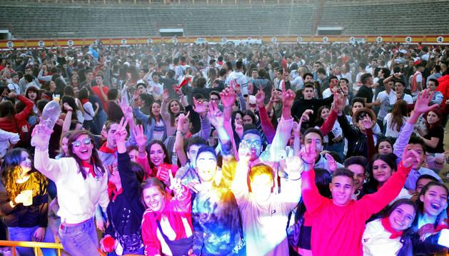 Cientos de jóvenes disfrutan de la fiesta que se organizó en la plaza de toros con motivo de las Fiestas de la Juventud de Tudela.