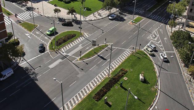 Vista general de la avenida Pío XII en la intersección, en la parte superior, con la calle Iturrama.
