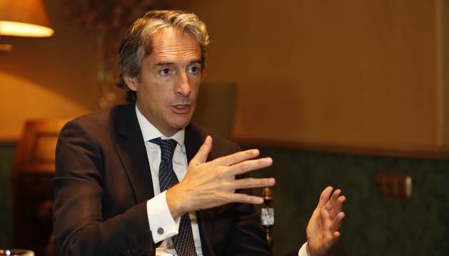 El ministro de Fomento, Íñigo de la Serna, en un momento de la entrevista con este periódico sobre las fallidas conversaciones con el Gobierno de Navarra para acordar las obras del TAV.