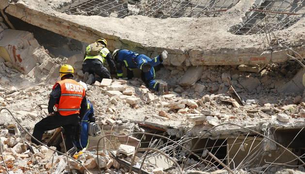 Los equipos de rescate buscan entre las ruinas del palacio municipal de Juchitán.