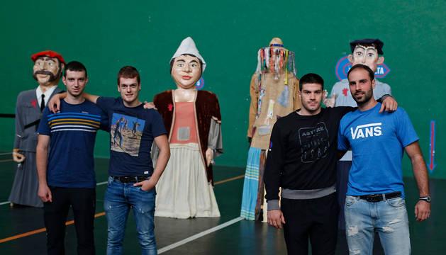 Julen Martija, Unai Laso, Mikel Beroiz y Eneko Yoldi, junto con los gigantes de Huarte en el frontón Toki Alai.