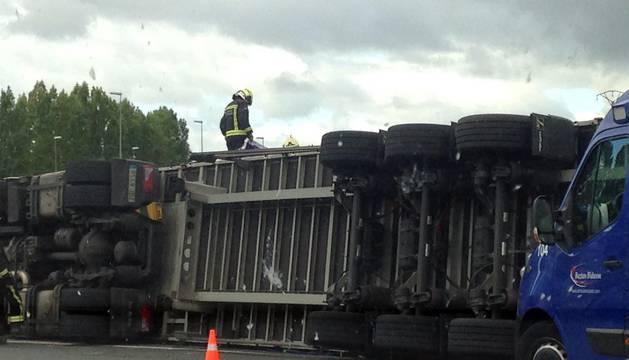 Vuelco de un camión en la PA-30 en Ansoáin