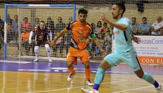 Foto de Adolfo, jugador del Barcelona Lassa, protege el balón de Rubi, capitán del Ribera Navarra.