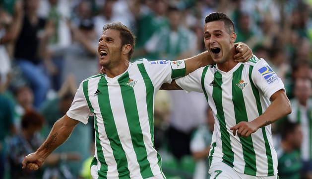 Joaquín Sánchez y Sergio León celebran uno de los goles del Betis.