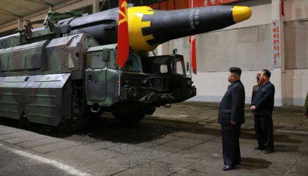 Kim ante una lanzadera portátil de misil Hwasong-12