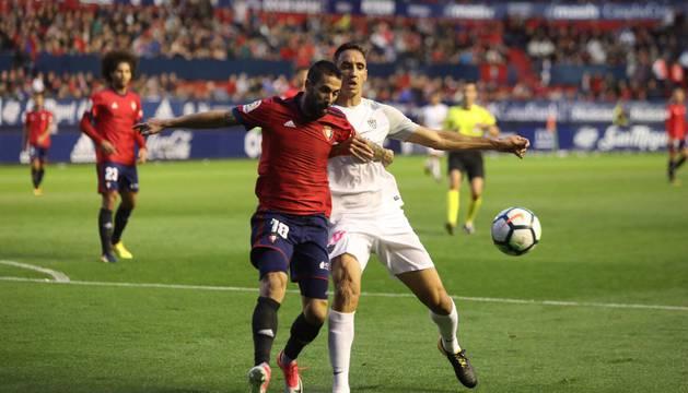 Lillo, titular en el lateral derecho, protege el balón ante la presión de un rival.