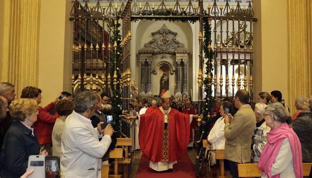 El arzobispo Francisco Pérez abre la verja que da acceso a la capilla de San Fermín.