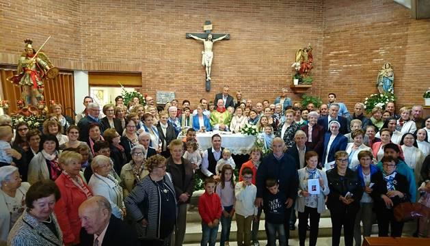 Cientos de feligreses abarrotaron la parroquia San Miguel de Noáin y arroparon a su párroco, Alfonso Gainza, que cumple 25 años de sacerdocio.
