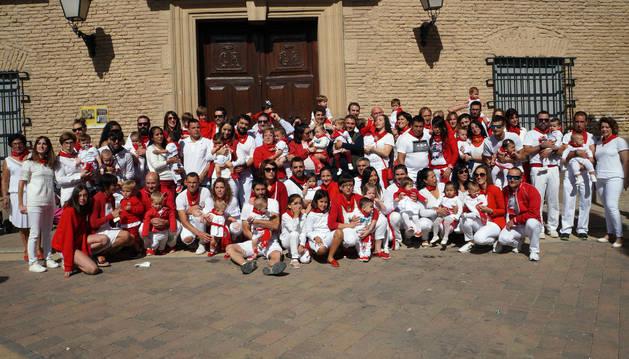 Foto de los más de 40 niños y niñas que recibieron ayer sus primeros pañuelos de fiestas, juntos con sus padres y demás familiares en la plaza de los Fueros.