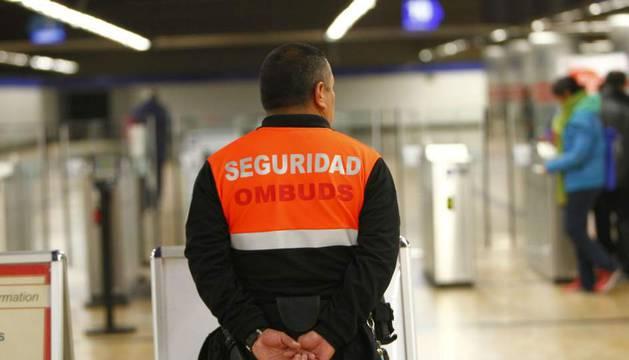 Un vigilante de seguridad en el metro de Madrid