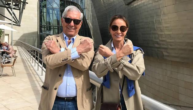 Vargas Llosa e Isabel Preysler se pasean por Bilbao