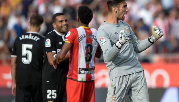 Sergio Rico celebra el fallo en el penalti del Girona.