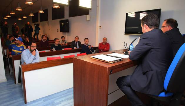 El vicepresidente, Alfonso Ramírez, y el gerente, Ángel Ardanaz, en el encuetro que mantuvieron ayer con los socios en El Sadar.