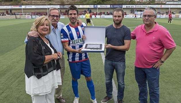 En el centro, Bruno Araiz sosteniendo la placa junto a sus padres, Amelia Gaínza y Luis Araiz; el alcalde de Estella, Koldo Leoz, y el presidente del CD Izarra, Alfonso Canela.