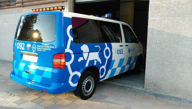 Imagen de una furgoneta de Policía Municipal con nuevo logotipo.