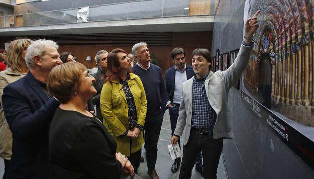 Carasusán (derecha) y Aldanondo (de espaldas) en la visita guiada ayer en el Parlamento de Navarra.