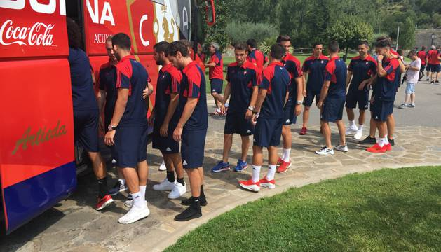 Los jugadores de Osasuna se suben al autobús durante la concentración en Boltaña