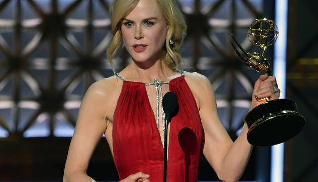 La actriz Nicole Kidman recoge el Emmy a la mejor actriz protagonista en una miniserie o tv movie.