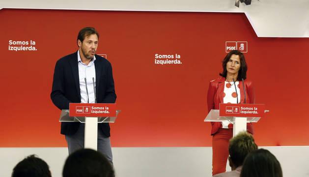 El portavoz del PSOE, Oscar Puente, y la secretaria de Educación del PSOE, Mariluz Martínez Seijo.