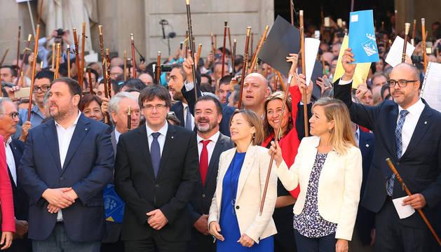 Puigdemont, junto a Junqueras y otros cargos catalanes, en Barcelona.