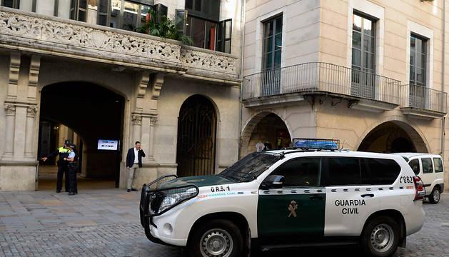 Vehículos de la Guardia Civil, en el exterior del Ayuntamiento de Girona.