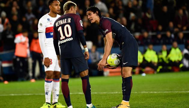 Neymar y Cavani, discutiendo por el penalti que falló el uruguayo.
