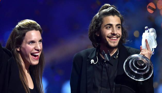 Salvador Sobral y su hermana, tras ganar Eurovisión.