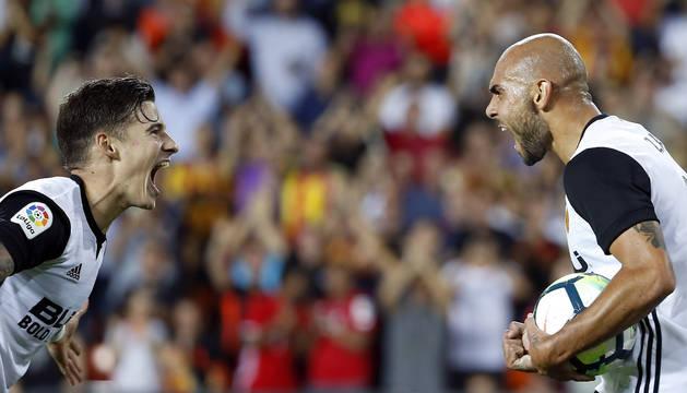 Zaza celebra con Santi Mina uno de sus tres goles.