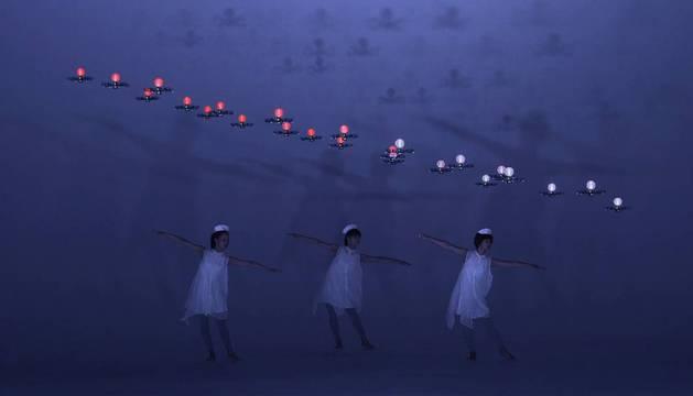 Tres bailarinas y 24 drones, sobre sus cabezas, en la representación de Elevenplay, de Daito Manabe.
