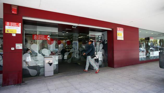 Una mujer entra en la oficina de empleo de Tudela.
