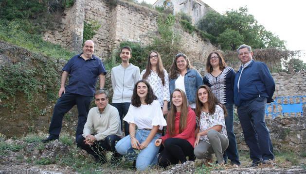 Jóvenes voluntarios que han participado en el programa de visitas guiadas, junto a integrantes de la hermandad de la Santa Vera Cruz.