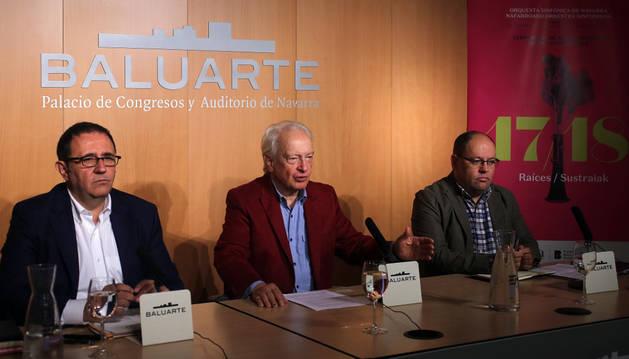 De izda. a dcha., Félix Palomero, director gerente de la OSN y de Fundación Baluarte; Antoni Wit, director titular y artístico de la OSN, e Igor Ijurra, director del Orfeón Pamplonés, ayer en la sala de prensa de Baluarte.