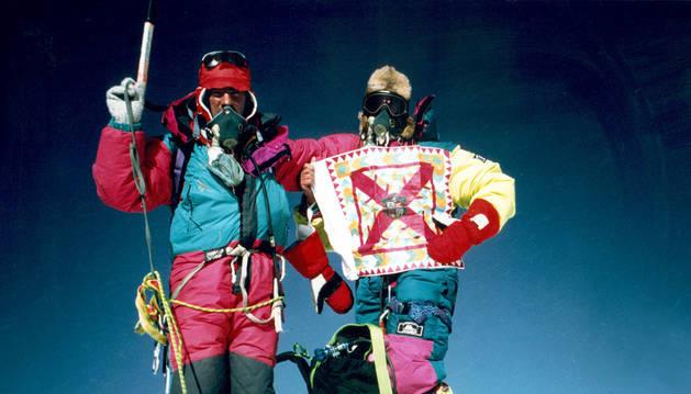 'Pitxi' Eguillor y Patxi Fernández, posando en la cumbre de 8.848m. Coincidieron con los hermanos Iñurrategi.