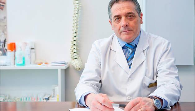 El doctor Angel Hidalgo, especialista en patologias y cirugía vertebral