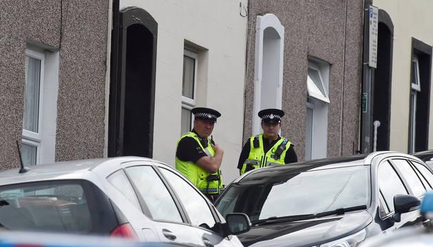 Dos oficiales de policía de Londres, en una de las casas donde se han producido los arrestos.