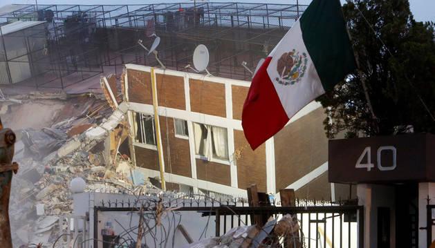 Un edificio desplomado en México por el terremoto de magnitud 7,1 que sacudió este martes es país.