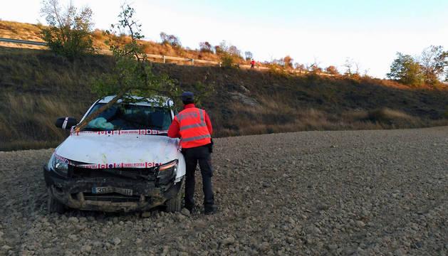 Estado en el que ha quedado el vehículo accidentado en Artieda.