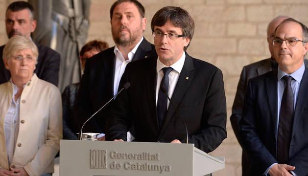 Puigdemont, rodeado por sus consellers y Junqueras.