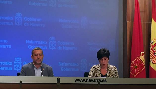 El vicepresidente de Derechos Sociales, Miguel Laparra,y la consejera de Educación y portavoz del Gobierno, María Solana, durante la rueda de prensa de este miércoles.