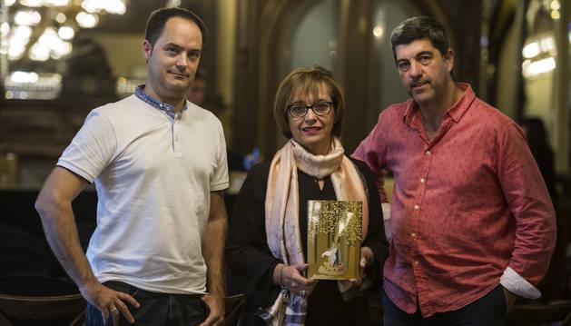 Desde la izda., Iñaki Ayerra, Olga Sanz y Fernando Hualde, minutos antes de la presentación de ayer.