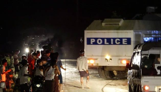 La policía escolta el cargamento mientras es atacado por un centenar de personas con palos
