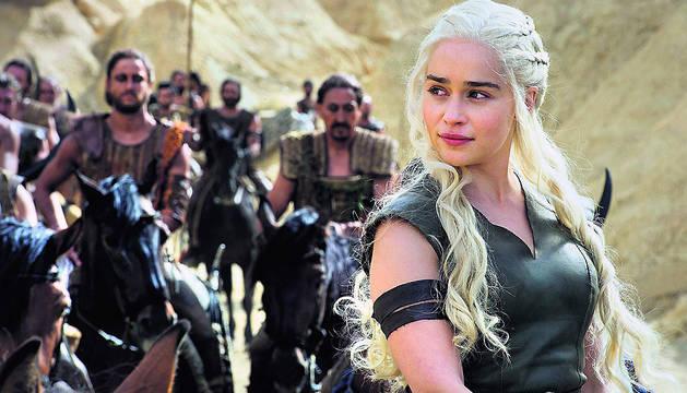 La actriz Emilia Clarke, caracterizada como Daenerys Targaryen en una escena de la serie 'Juego de Tronos'.