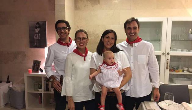 De izquierda a derecha: Pablo Burgos, Maider Juanena, Eva Luqui e Igor Beguiristain. La niña es Daniela Beguiristáin Luqui. La fotografía está tomada los pasados Sanfermines en la casa del matrimonio Beguirstáin, en Puebla.