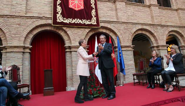 Federico Mayor Zaragoza recibe el premio de manos de Uxue Barkos.