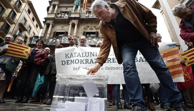 Parlamentarios y concejales de EH Bildu, junto a un centenar de ciudadanos, han escenificado hoy una votación en la Plaza del Ayuntamiento de Pamplona en apoyo al referéndum