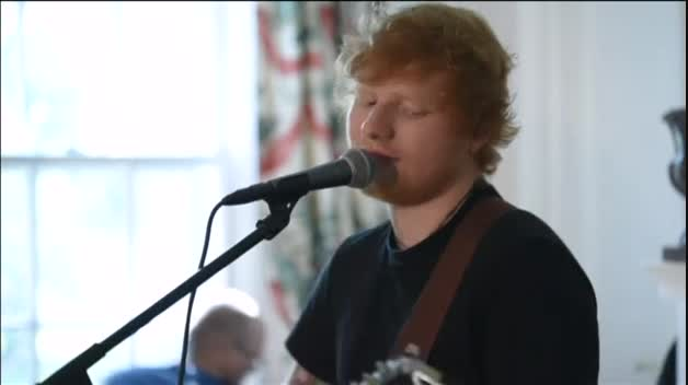 Ed Sheeran canta 'Shape of you' en Washington por los refugiados