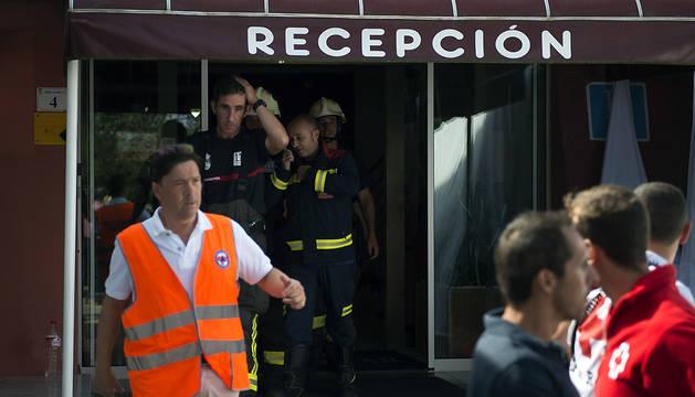Personal de los equipos de asistencia, en el exterior del hotel Campomar de Isla, donde se produjo el escape de gas.