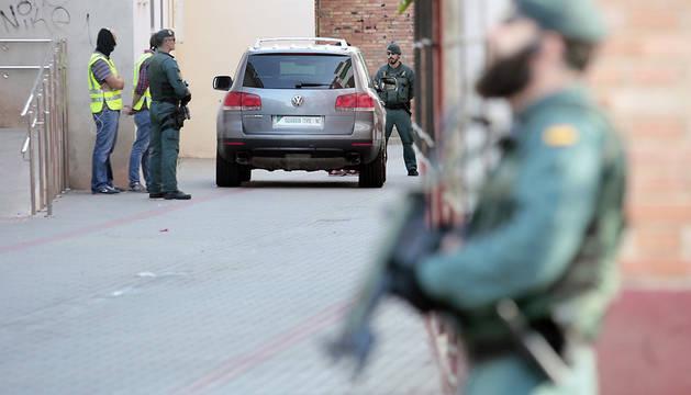 Agentes de Guardia Civil, durante la operación policial desarrollada en la localidad castellonense de Vinaròz.