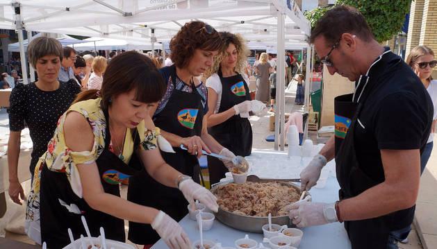Voluntarios preparan la degustación de arroz para 1.800 personas.
