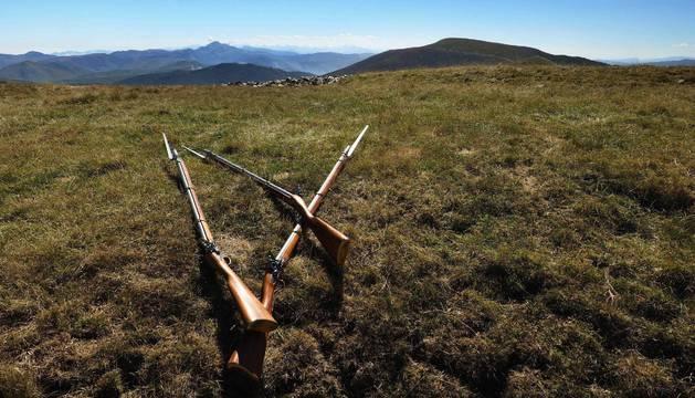 Foto promocional de la 'Ruta de Wellington' en una cima pirenaica y con dos fusiles con bayonetas de la época que se evoca.